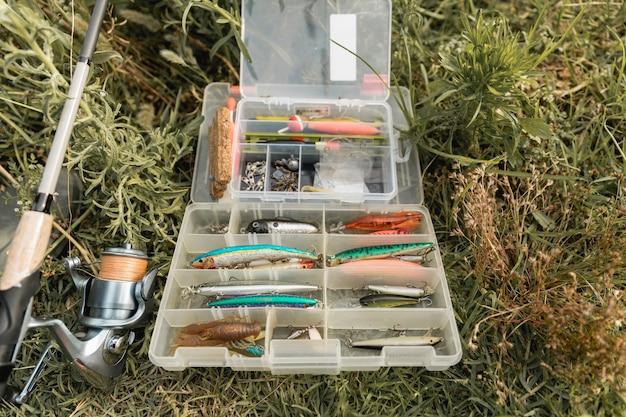Boîte à outils de pêche sur le sol Photo gratuit