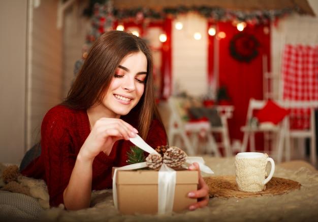 Boîte Ouverte Femme Avec Cadeau Sur Scène De Décorations De Noël Photo Premium