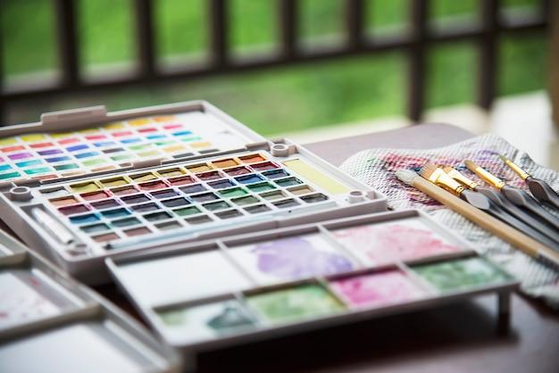 Boîte à palette aquarelle avec jeu de pinceaux Photo gratuit