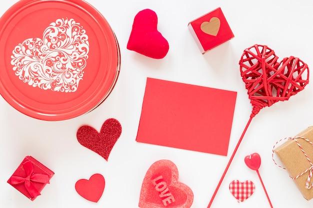 Boîte avec papier et coeurs pour la saint valentin Photo gratuit