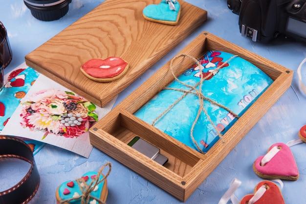 Boîte photo en bois avec photo pour le jour du mariage. Photo Premium