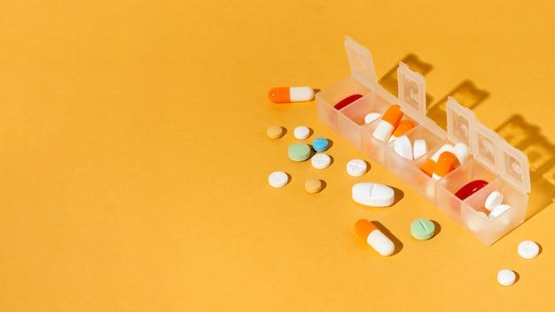 Boîte De Pilules Sur Fond Jaune Photo gratuit