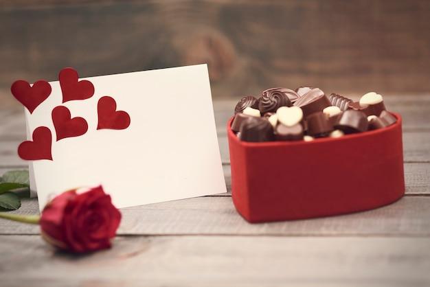 Boîte Pleine De Chocolats Noirs Et Blancs Photo gratuit