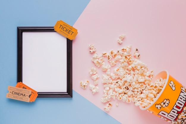 Boîte à pop-corn avec billets de cinéma et un cadre Photo gratuit