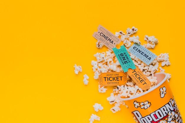 Boîte De Pop-corn épars Avec Billets De Cinéma Photo gratuit