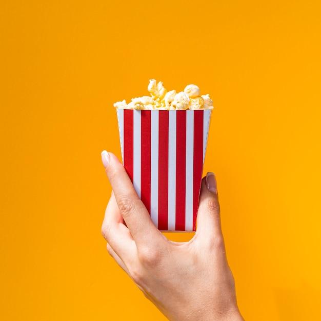Boîte de pop-corn sur fond orange Photo gratuit