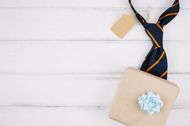 Boîte présente près de la cravate avec la balise Photo gratuit