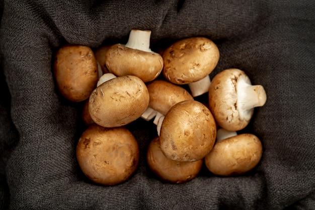 Boîte en toile grise remplie de champignons Photo gratuit