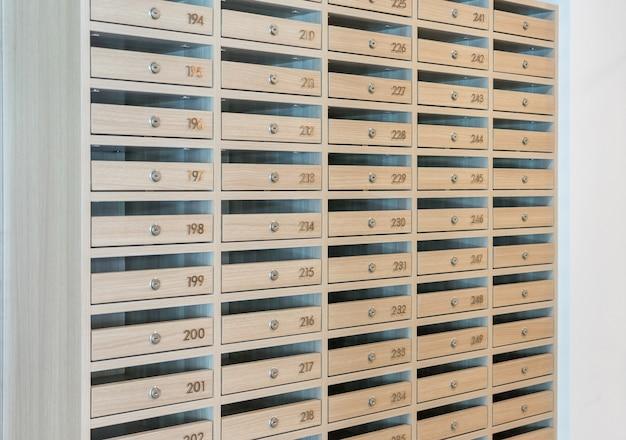 Boîtes aux lettres remplies de tracts et de lettres, de boîtes aux lettres et de lignes fixes à l'entrée. Photo Premium