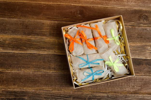 Boîtes avec des bonbons emballés. bars. table en bois. place pour le texte Photo Premium