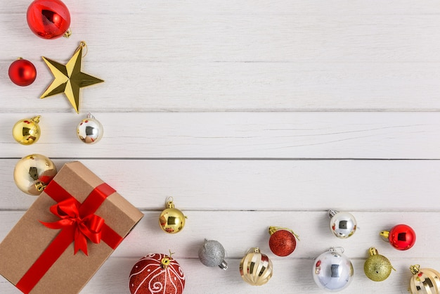 Boîtes à cadeaux avec des rubans de fête et ornement de noël sur bois blanc Photo Premium