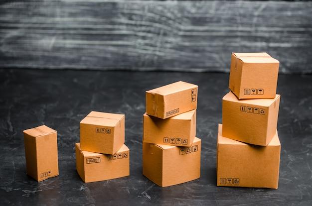 Les boîtes en carton sont empilées progressivement. le concept d'emballage Photo Premium