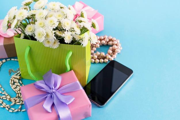 Boîtes De Composition Décorative Avec Des Cadeaux Fleurs Fleurs Femmes Shopping Vacances Photo Premium