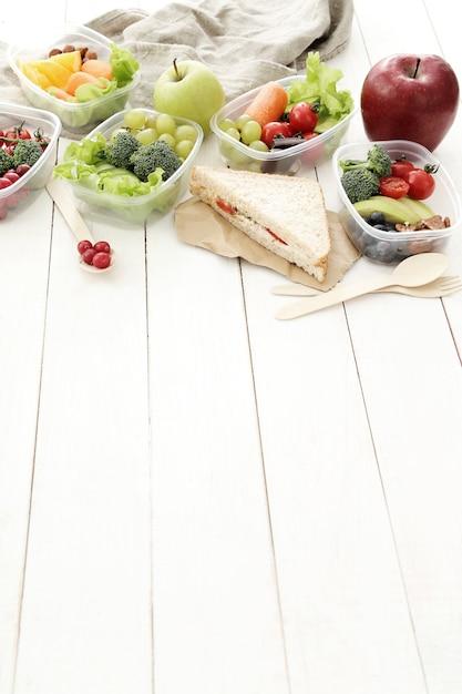 Boîtes à Lunch Avec Des Aliments Sains Photo gratuit