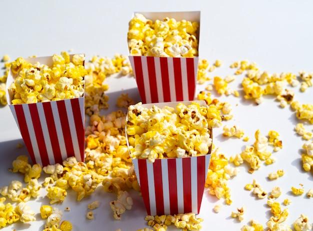 Boîtes de pop-corn sur fond gris Photo gratuit