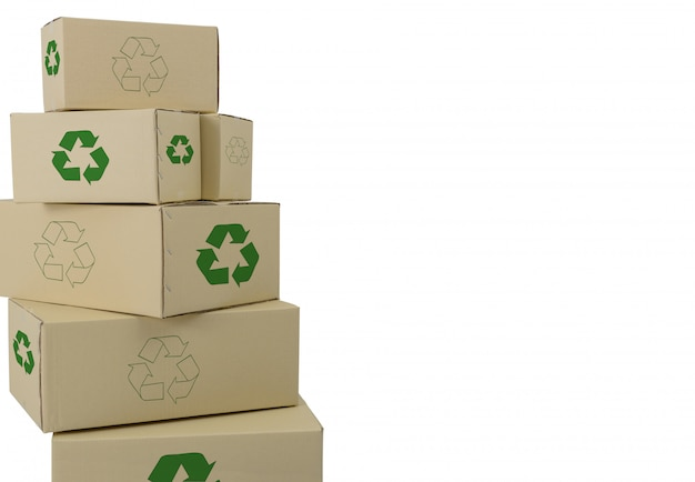 Boîtes avec recyclage inscrivez-vous dans différentes tailles boîtes empilées isolés sur blanc Photo Premium