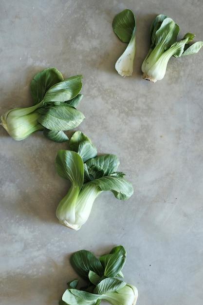 Bok choy frais sur une surface en béton Photo gratuit