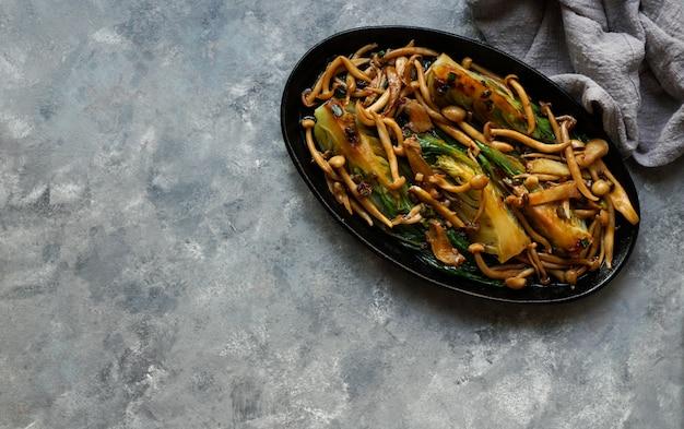 Bok choy o pak choi chou avec champignons shimeji et sauce aux huîtres Photo Premium