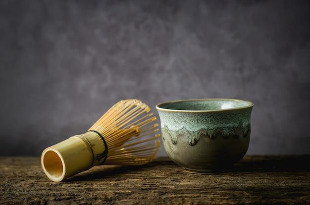 Bol En Argile Avec Fouet En Bambou Photo Premium