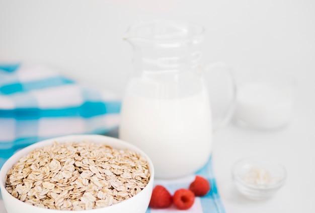 Bol à l'avoine avec framboise et lait Photo gratuit