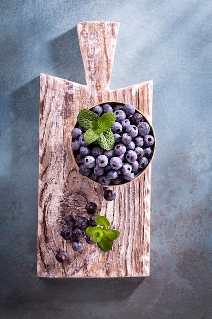 Bol De Bleuets Frais Sur Planche De Bois Rustique Photo Premium
