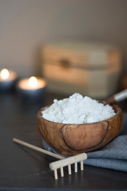 Bol en bois plein d'argile blanche Photo Premium