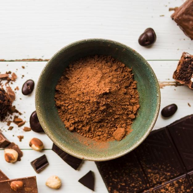 Bol de cacao près de bonbons au chocolat Photo gratuit