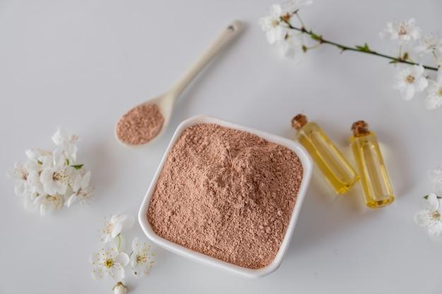 Bol En Ceramique Avec De La Poudre D Argile Rouge Des Ingredients Pour Un Masque Ou