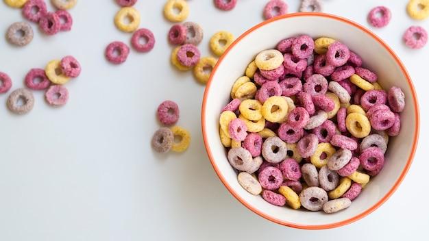 Bol avec des céréales et des fruits Photo gratuit