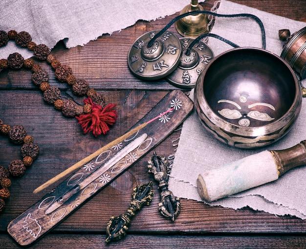 Bol chantant en cuivre et bâtonnet d'encens Photo Premium