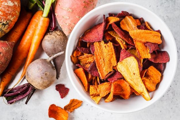 Bol de chips de légumes sains de betteraves, de patates douces et de carottes Photo Premium