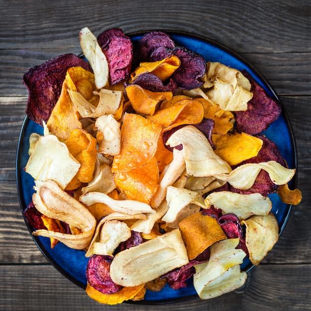 Bol de collations santé à base de chips de légumes, chips Photo Premium
