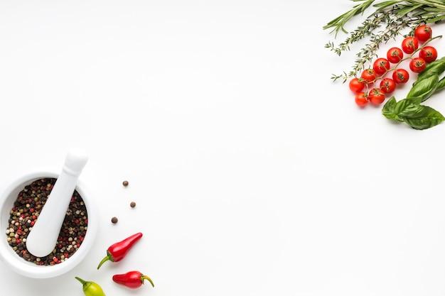 Bol avec condiments et légumes Photo gratuit