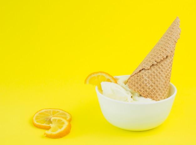 Bol de glace au citron Photo gratuit