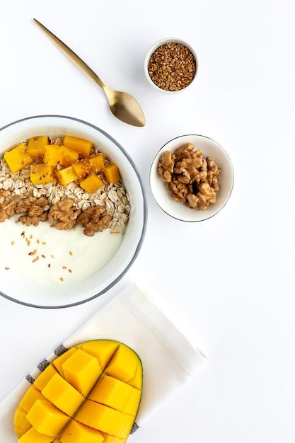 Bol de granola fait maison avec du yaourt et des céréales Photo Premium