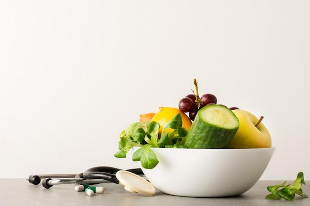 Bol De Gros Plan Avec Concombre Et Pomme Savoureuse Photo gratuit