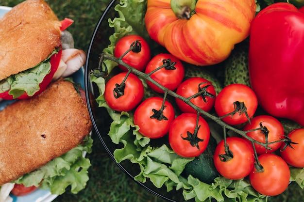 Bol de légumes frais à côté des sandwichs. Photo Premium