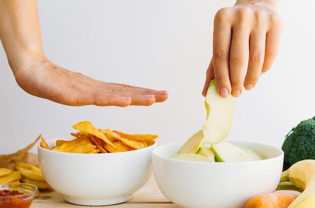 Bol à nachos vs bol à fruits Photo gratuit