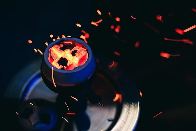Bol de narguilé aux charbons ardents rouges Photo Premium