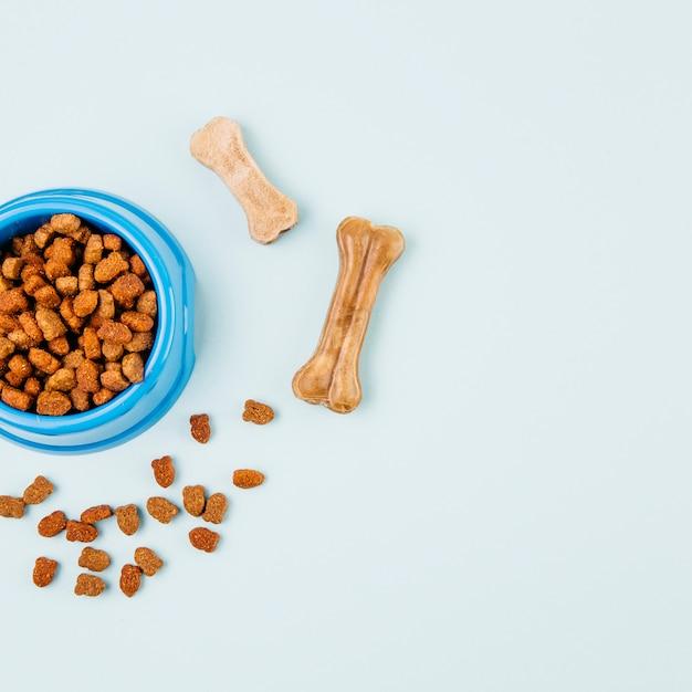 Bol avec de la nourriture pour animaux Photo gratuit