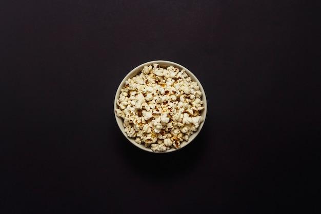 Bol Avec Pop-corn Sur Fond Noir. Mise à Plat, Vue De Dessus. Photo Premium