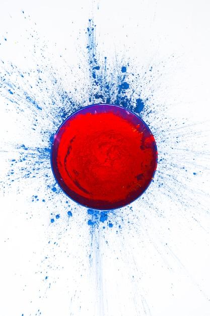 Bol avec poudre rouge sur table Photo gratuit