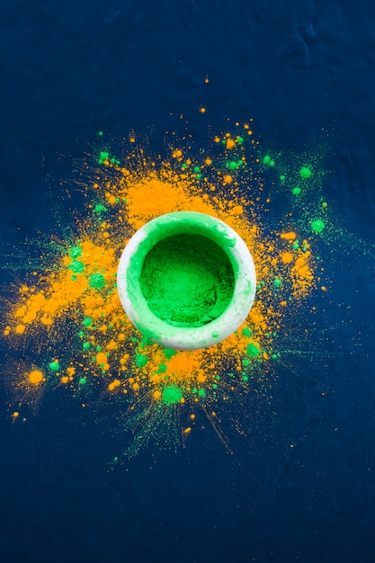 Bol de poudre vert vif sur la table Photo gratuit