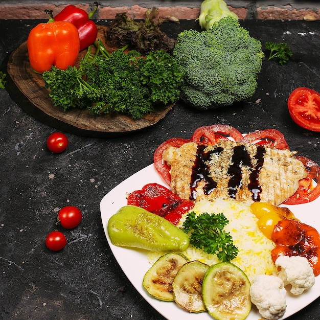 Bol de poulet burrito mexicain fait maison avec du riz, des haricots, du maïs, des tomates, des courgettes, des épinards. saladier taco Photo gratuit