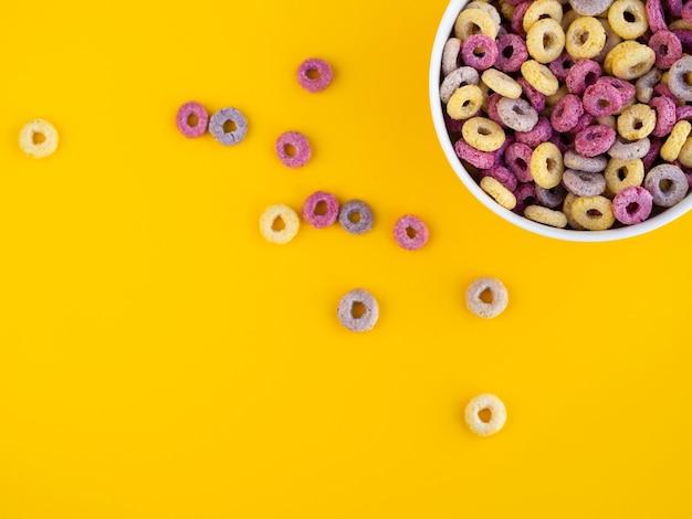 Bol rempli de céréales et de fond d'espace de copie Photo gratuit
