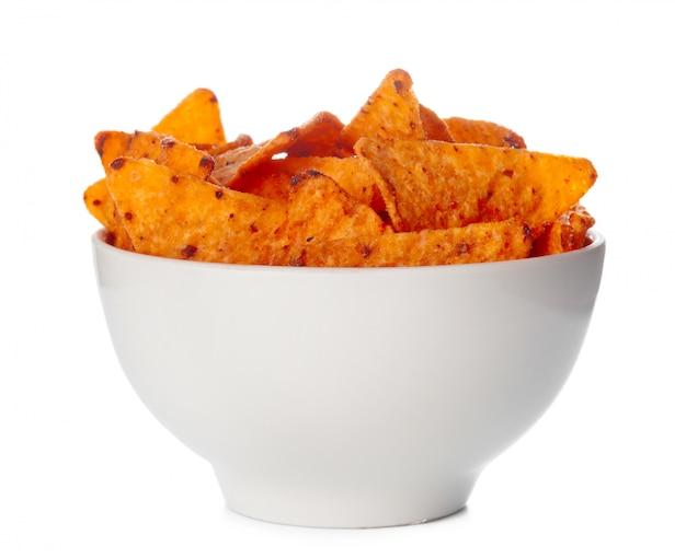 Bol rempli de chips de nachos isolés sur fond blanc Photo Premium