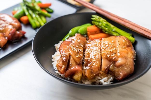 Bol de riz au poulet teriyaki Photo Premium
