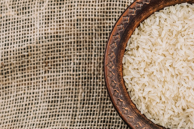 Bol de riz blanc sur toile de lin Photo gratuit