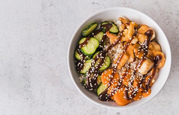Bol de riz et de légumes avec espace de copie Photo gratuit