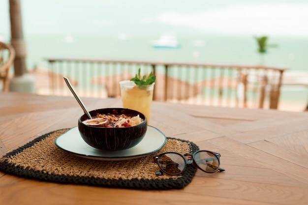 Bol De Smoothie Bio Tropical Frais Dans Un Café Près De La Plage En Asie. Photo gratuit
